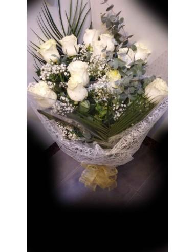 12 rosas blancas en ramo